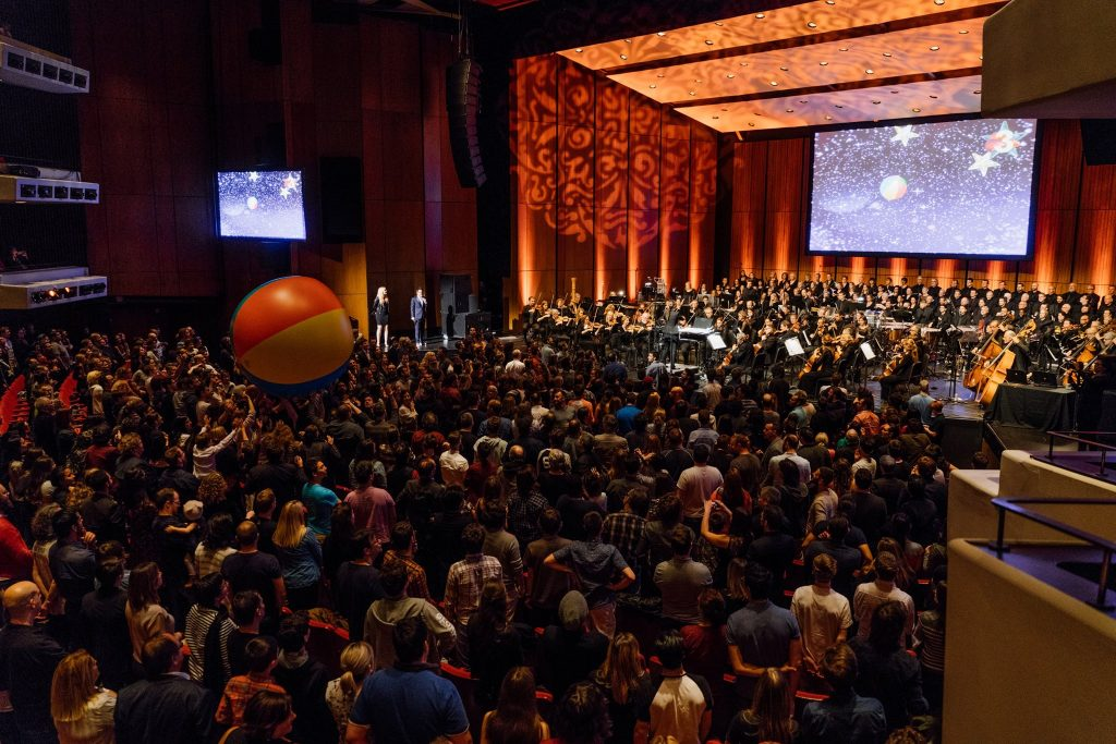 Premiere of the crowd game Beach Ball Games for Orchestra, by Maxime Goulet and Jérôme Delapierre, with the Orchestre Métropolitain and conductor Dina Gilbert, during the Montreal Video Game Symphony concert, in Montréal, in 2017. Photo: François Goupil